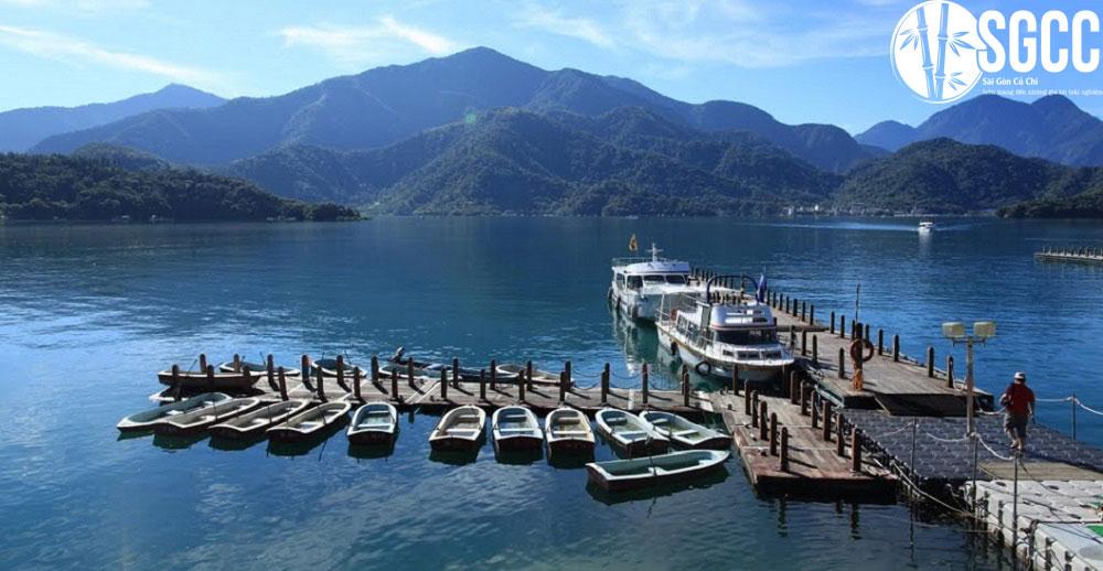 du thuyền trên hồ Nhật Nguyệt