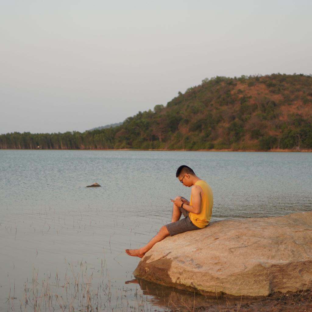 Rời xa phố thị, trải nghiệm cắm trại đêm bên hồ nước gần TP.HCM