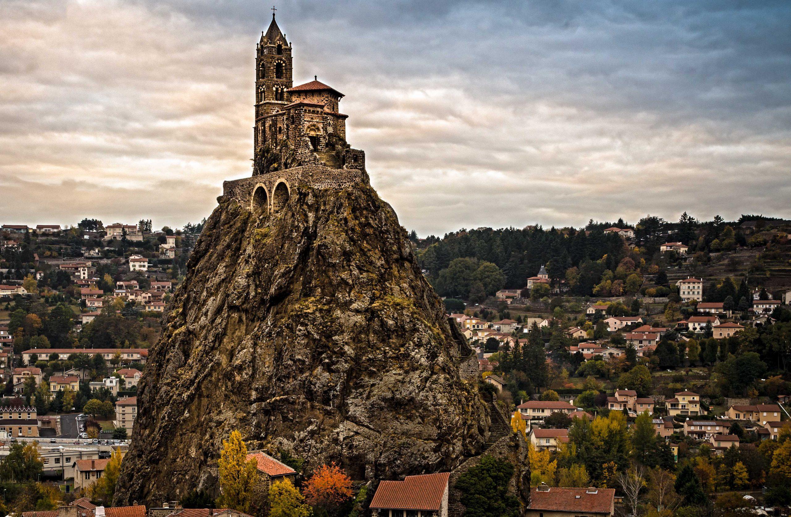 Nhà thờ hơn 1.000 năm tuổi trên đỉnh núi lửa tại Pháp