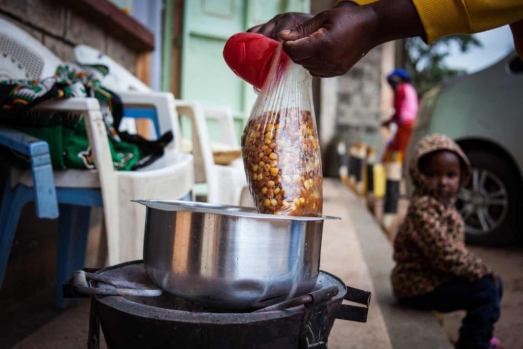 Ăn uống ở khu ổ chuột lớn nhất châu Phi