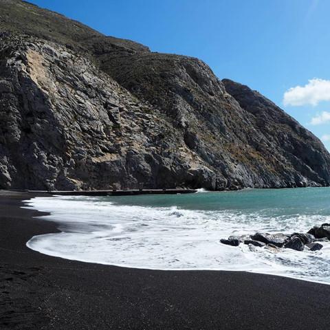 Bờ biển cát đen lạ thường thu hút du khách check-in ở Hy Lạp