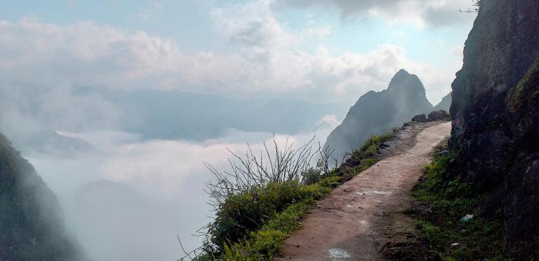 Du lịch Hà Giang trải nghiệm cung đường đi bộ sát vách núi nguy hiểm nhất Việt Nam