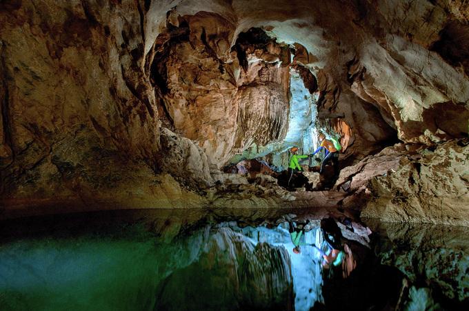 Đường hầm 'tình yêu' trong hang
