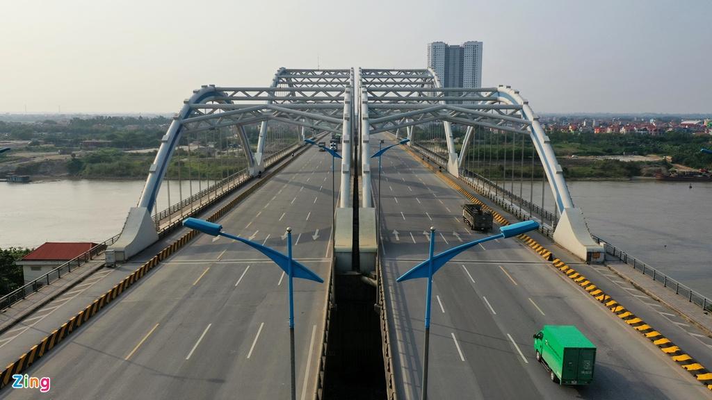 Cảnh vắng xe khác lạ trên những cây cầu nổi tiếng Hà Nội