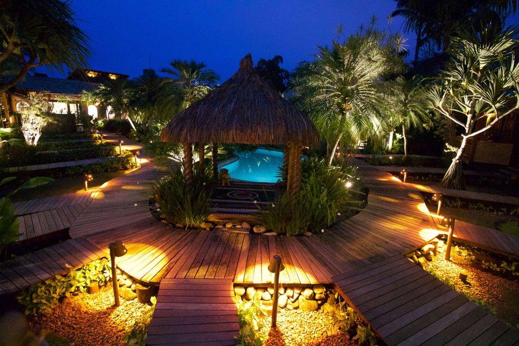 Hồ bơi khách sạn như khúc sông uốn lượn giữa miền nhiệt đới