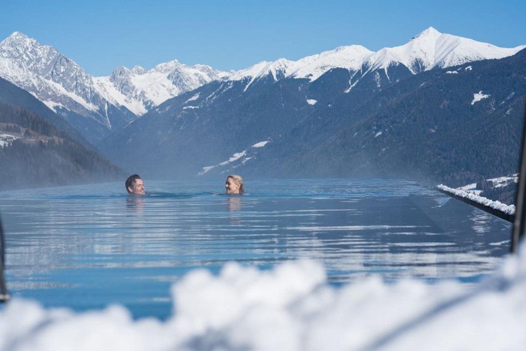 Hồ bơi vô cực cao 12 m trên nóc khách sạn Italy