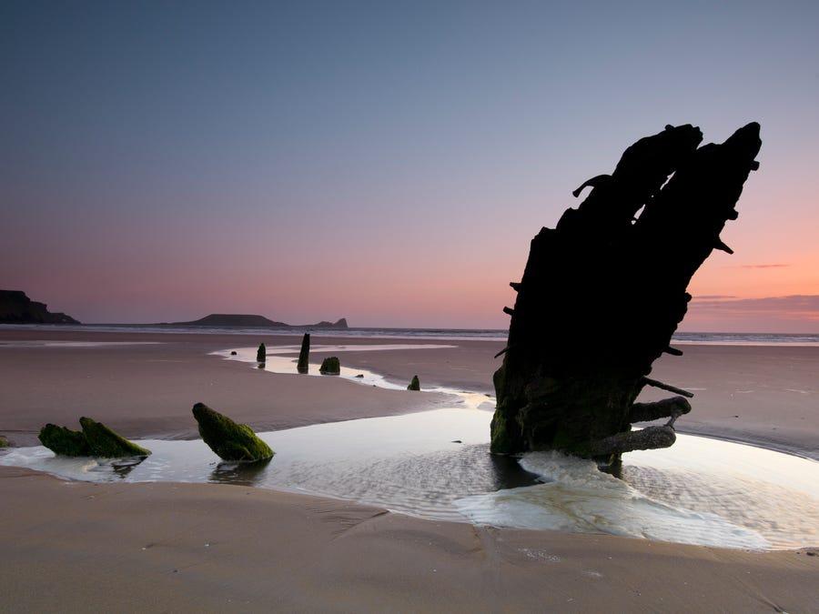 Những bãi biển đẹp nổi tiếng có xác tàu đắm bí ẩn