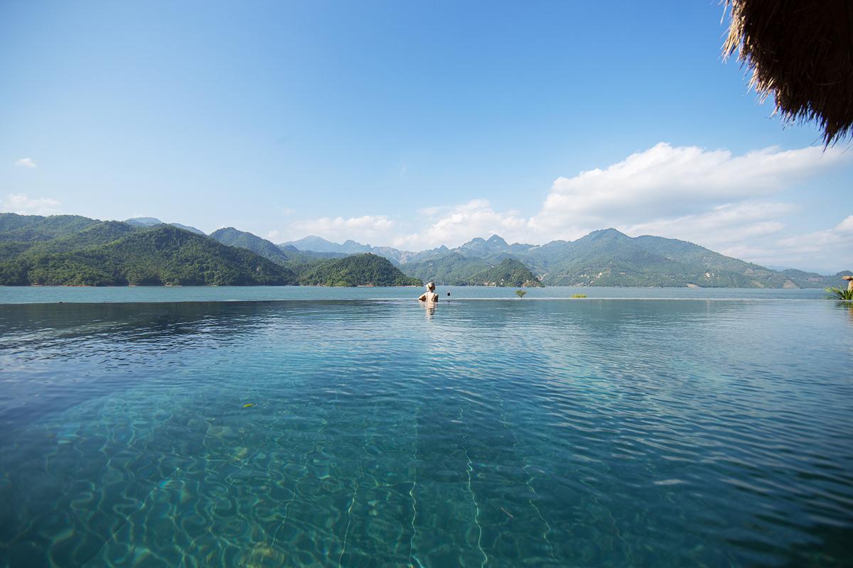 4 bể bơi vô cực view núi rừng