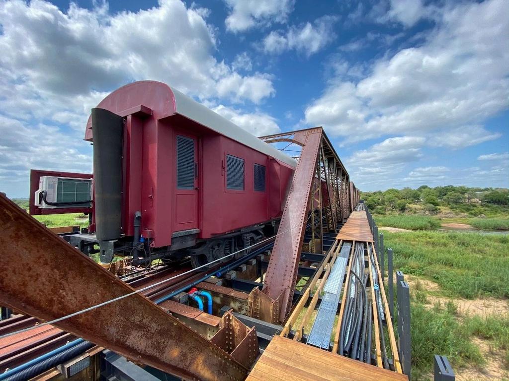 Khách sạn xa hoa nằm trên đường ray tàu hỏa
