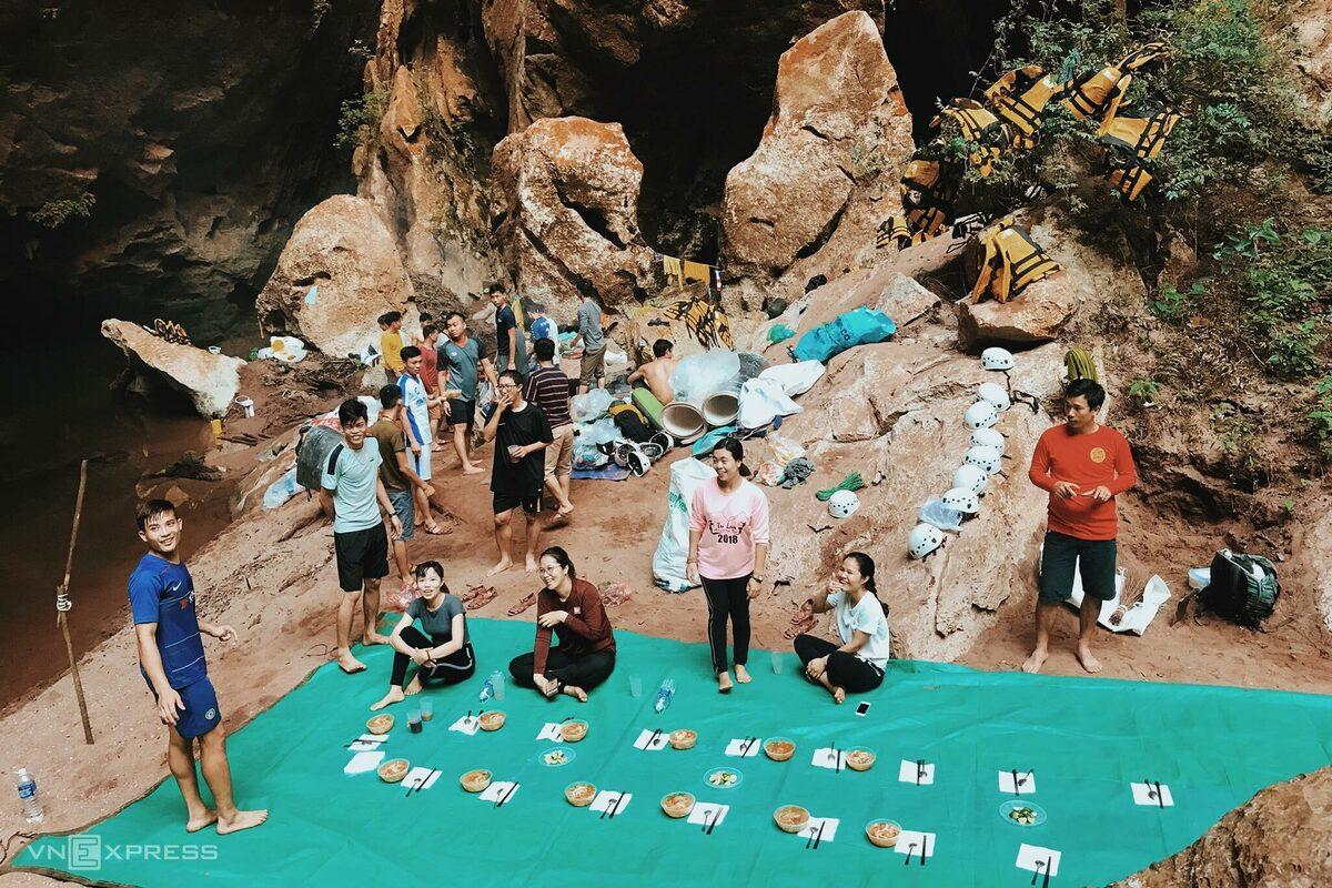 Khám phá hố sụt khổng lồ ở Quảng Bình