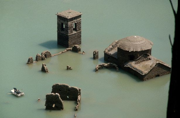 Ngôi làng cổ chìm dưới nước hàng thập kỷ sắp xuất hiện trở lại