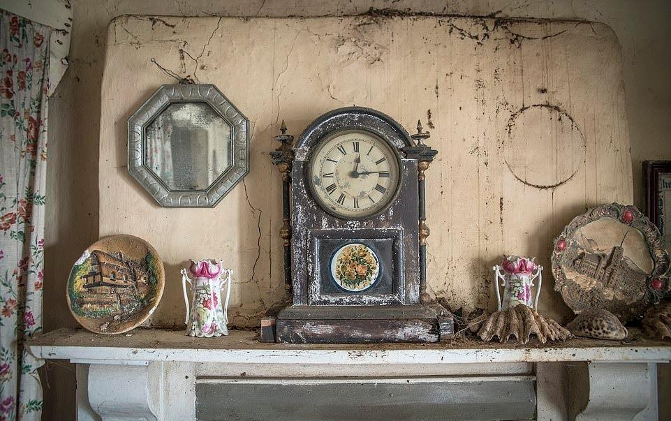 Ngôi nhà bỏ hoang hơn 100 năm, chứa toàn đồ cổ và thư tình