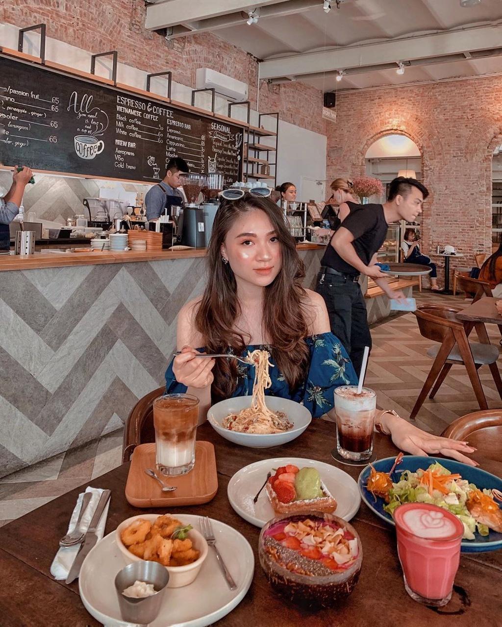 Tránh nóng tại những quán cà phê có phục vụ đồ ăn ở TP.HCM