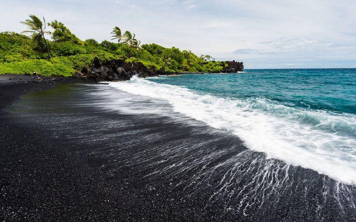 5 bãi biển cát đen huyền bí trên thế giới