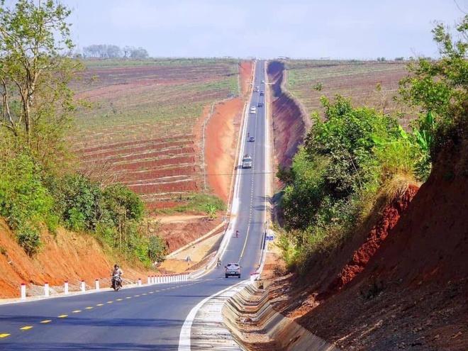 Con đường dốc dựng đứng ở Việt Nam khiến dân mạng chú ý