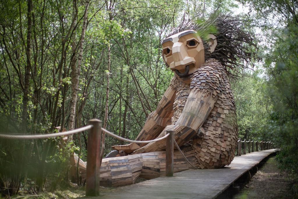 Khu rừng có 7 tượng quỷ lùn khổng lồ làm từ gỗ tái chế
